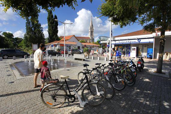 Parc à vélo près des commerces des loueurs de vélos sur le centre ville de Mimizan près des pistes cyclables des voies vertes et de la vélodyssée