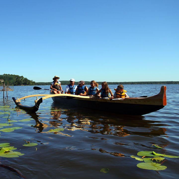 Activités nautiques - lac de Mimizan Aureilhan - Etang - Calme - Eau - Baignade - Pirogue hawaïenne - Canoë - Bateau électrique - Stand up paddle - stand up paddle yoga - barque - pêche - golf - pédal'eau - détente - planche à voile - famille