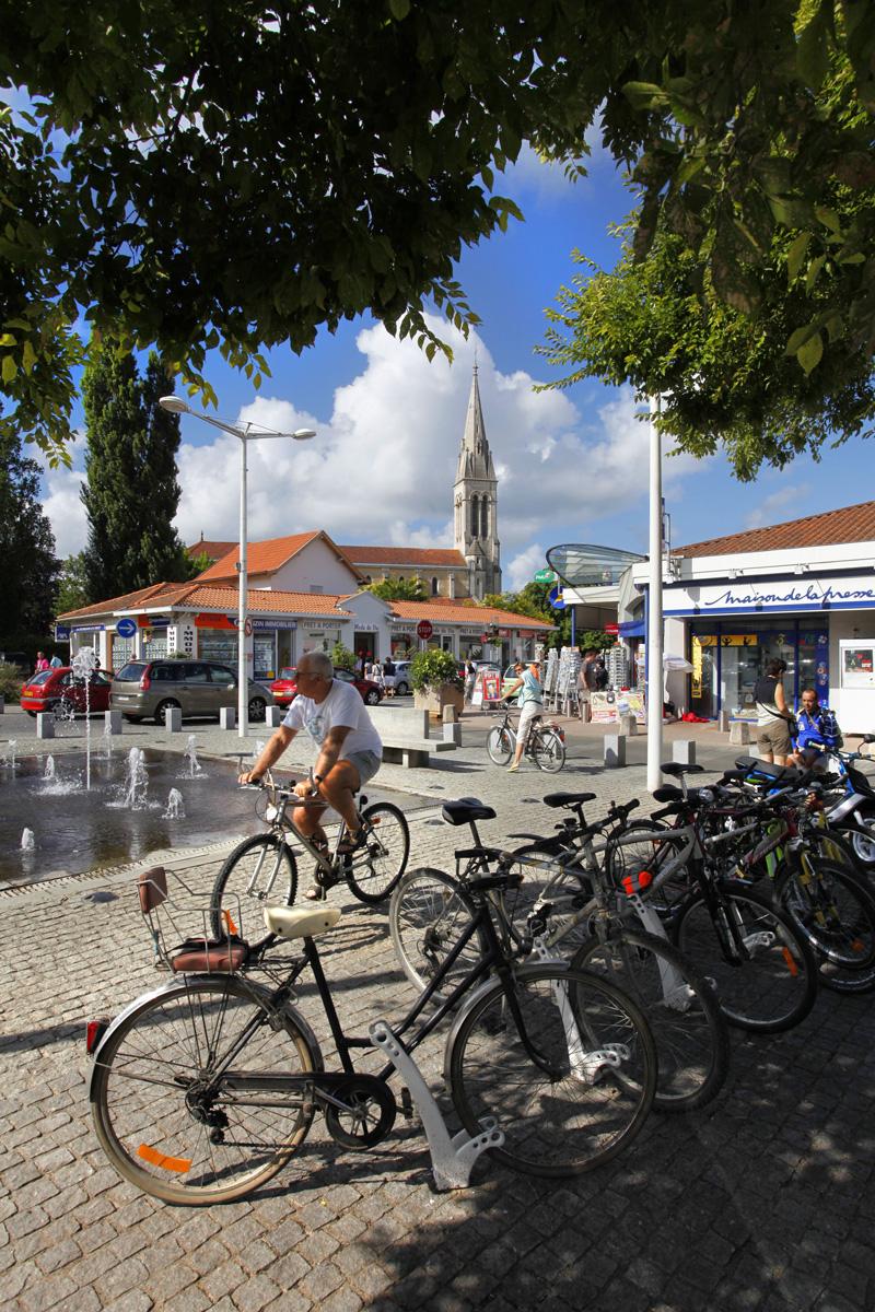 centre ville de Mimizan bourg avec parc à vélo près des commerces et de l'église